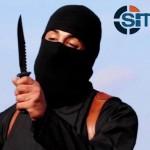 11月12日、米当局者は、過激派組織「イスラム国」の黒い覆面の男、通称「ジハーディ・ジョン」を標的とした空爆をシリア北部のラッカで行ったと明らかにした。写真は提供映像から(2015年 ロイター/SITE Intel Group)