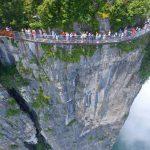 【画像】中国の崖に作られたガラスの歩道が凄すぎワロタwwwww